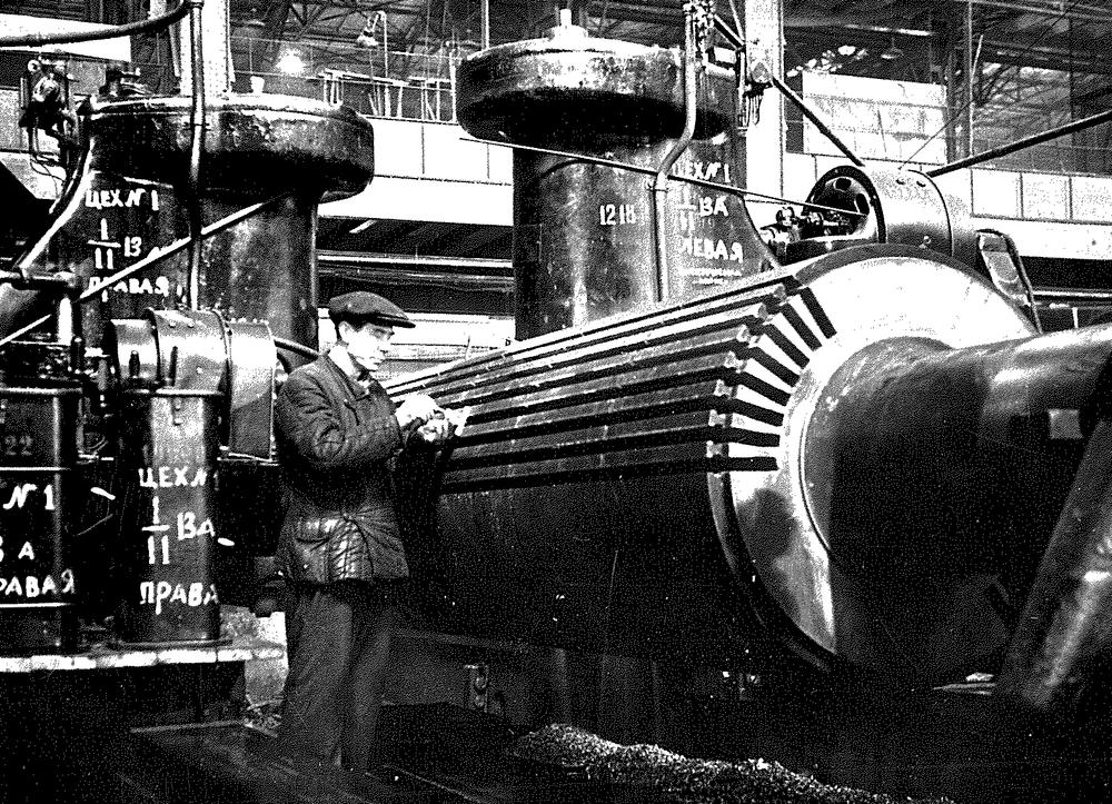 Турбогенератор для восстановленной Сталиногорской ГЭС. Фрезеровка пазов ротора. 1945 год