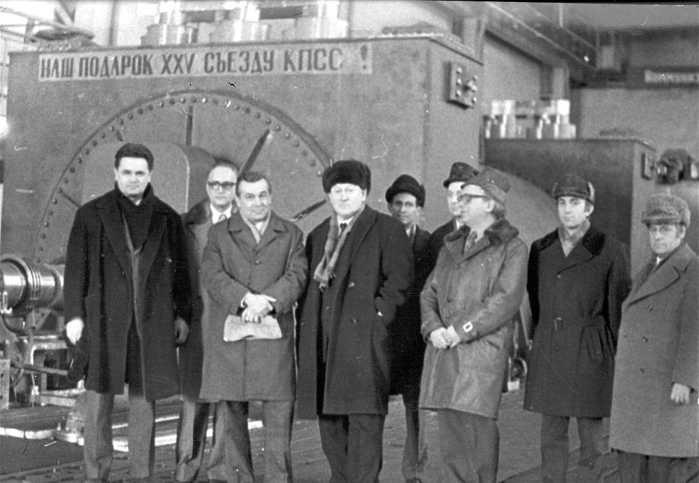 Главные специалисты завода у турбогенератора Костромской ГРЭС