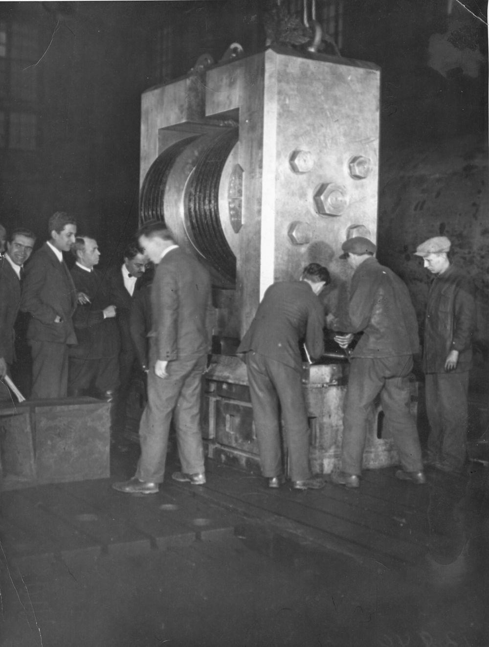 Установка по расщеплению атомного ядра. 1934 год