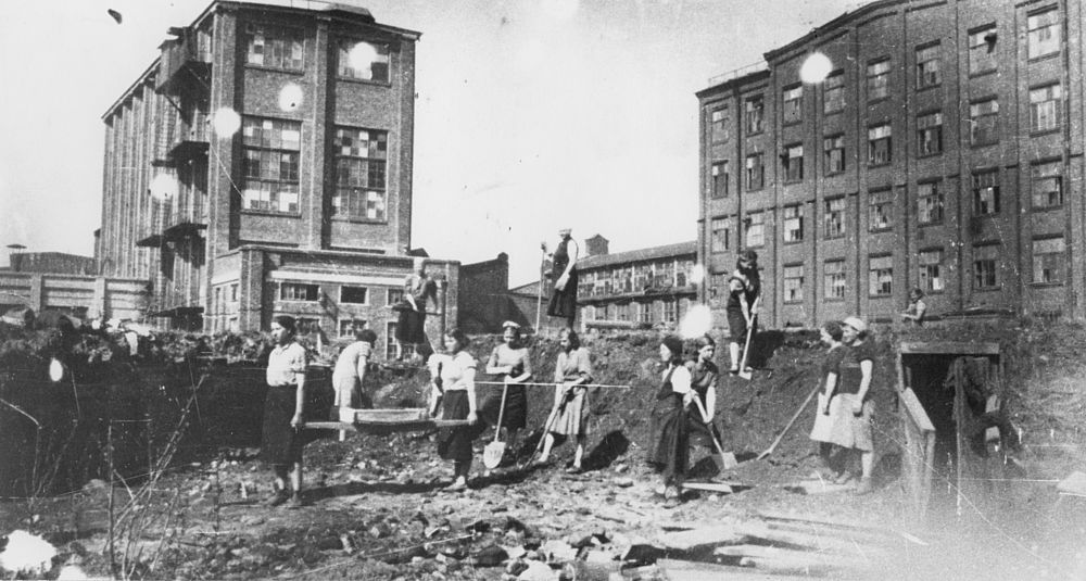 Строительство укрытий на территории завода. 1941 год