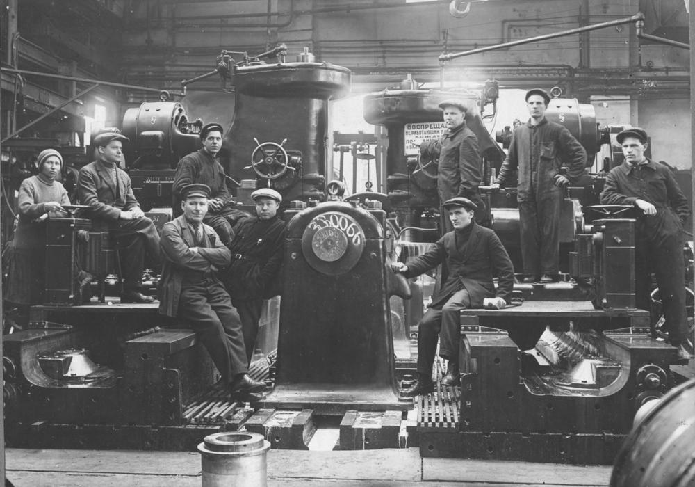 Участок фрезеровки роторов турбогенераторов. Завод «Электросила». 1930 год