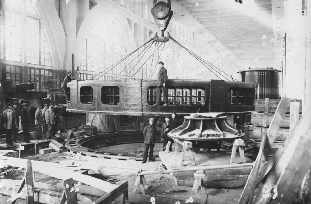 Монтаж гидрогенератора на Волховской ГЭС. 1926 год