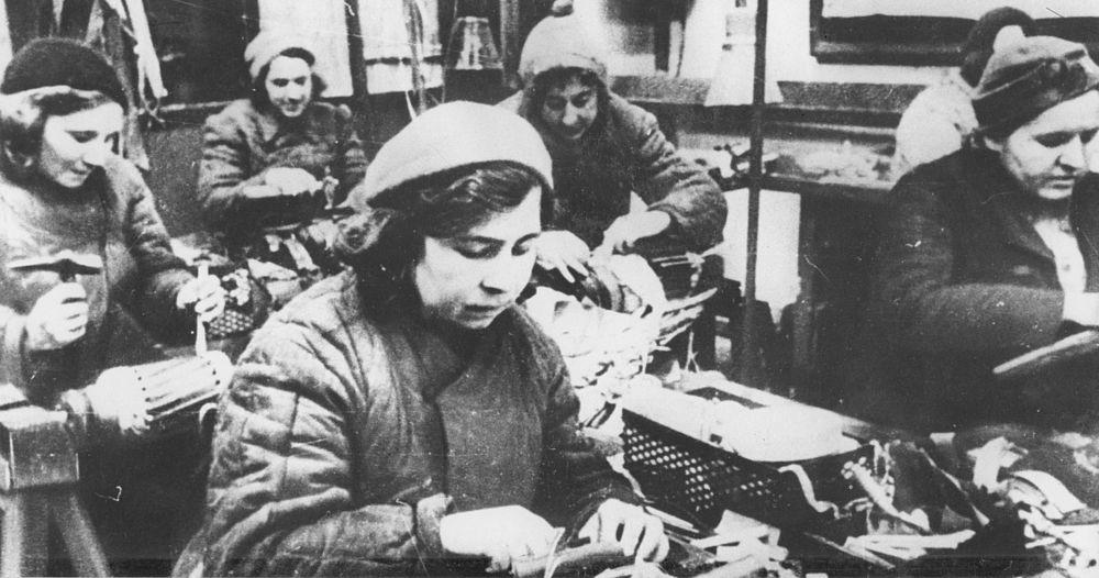 Бригада обмотчиц за работой. 1943 год